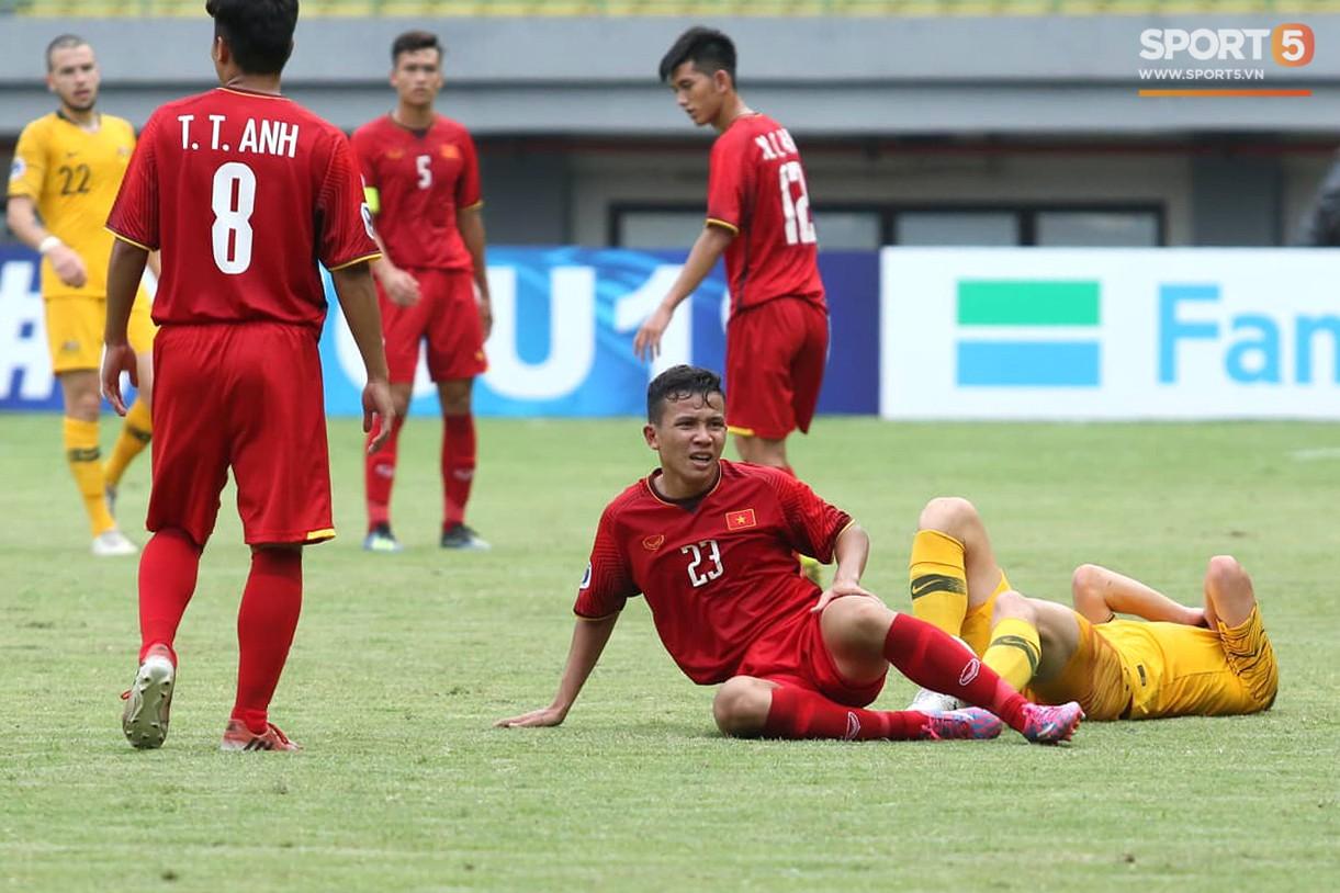 Cầu thủ U19 Việt Nam cúi đầu sau trận thua U19 Australia, chính thức bị loại khỏi giải U19 châu Á 2018 - Ảnh 4.