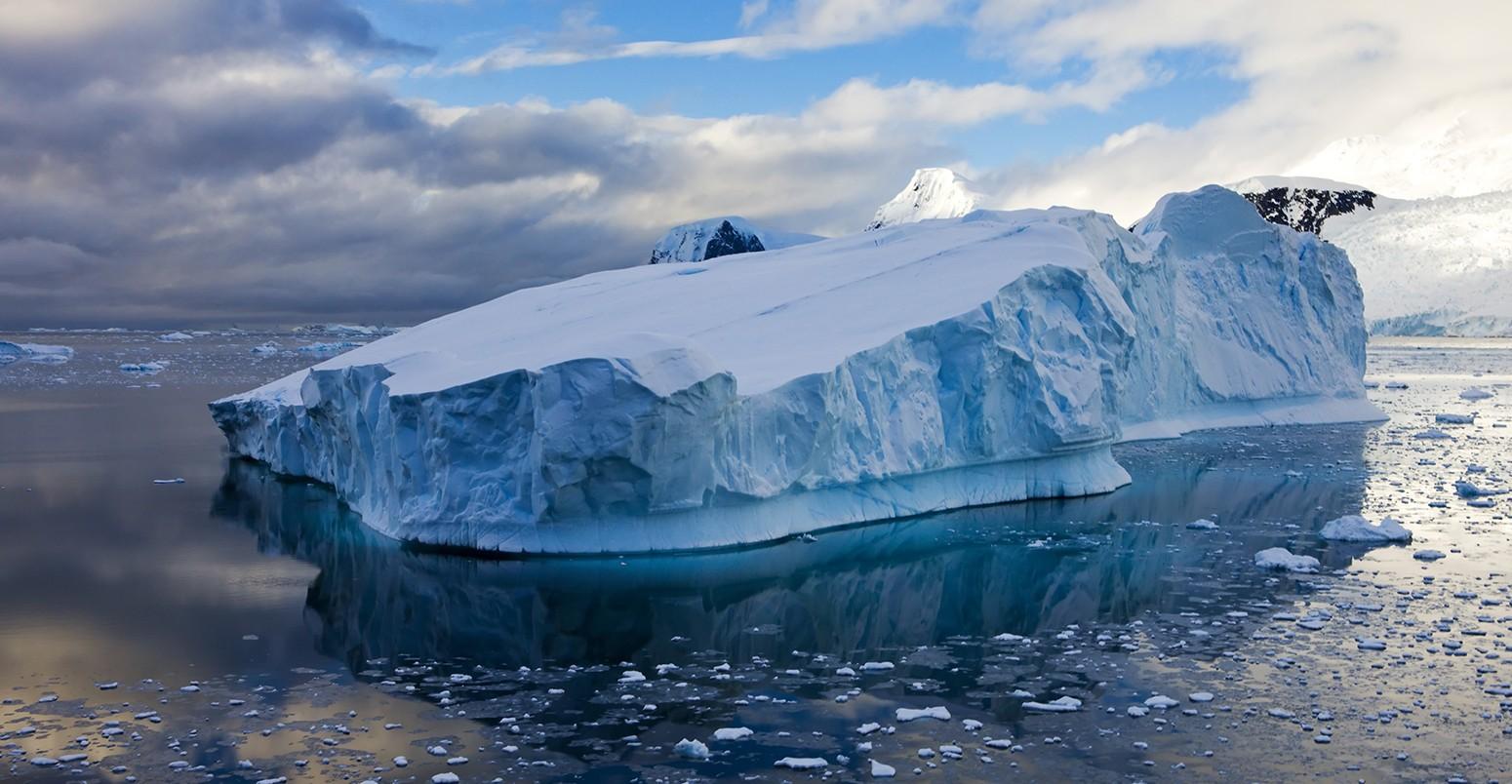 NASA công bố hình ảnh tảng băng trôi hình chữ nhật vuông thành sắc cạnh, xưa nay chưa nhìn thấy bao giờ - Ảnh 2.