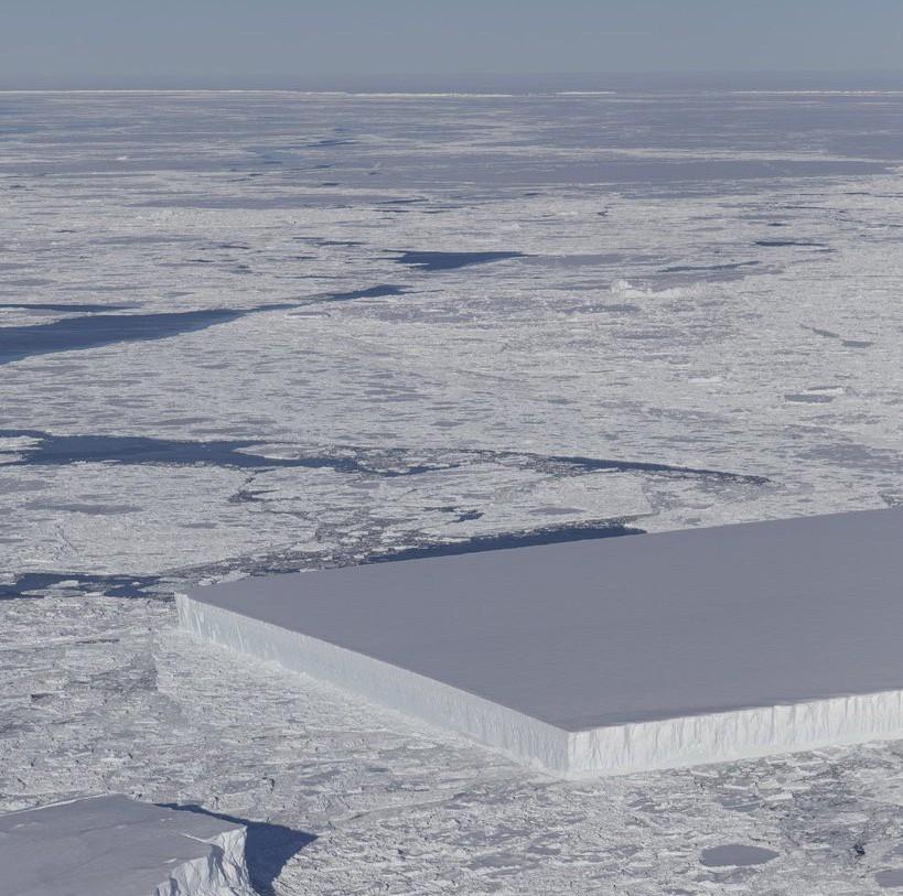 NASA công bố hình ảnh tảng băng trôi hình chữ nhật vuông thành sắc cạnh, xưa nay chưa nhìn thấy bao giờ - Ảnh 1.