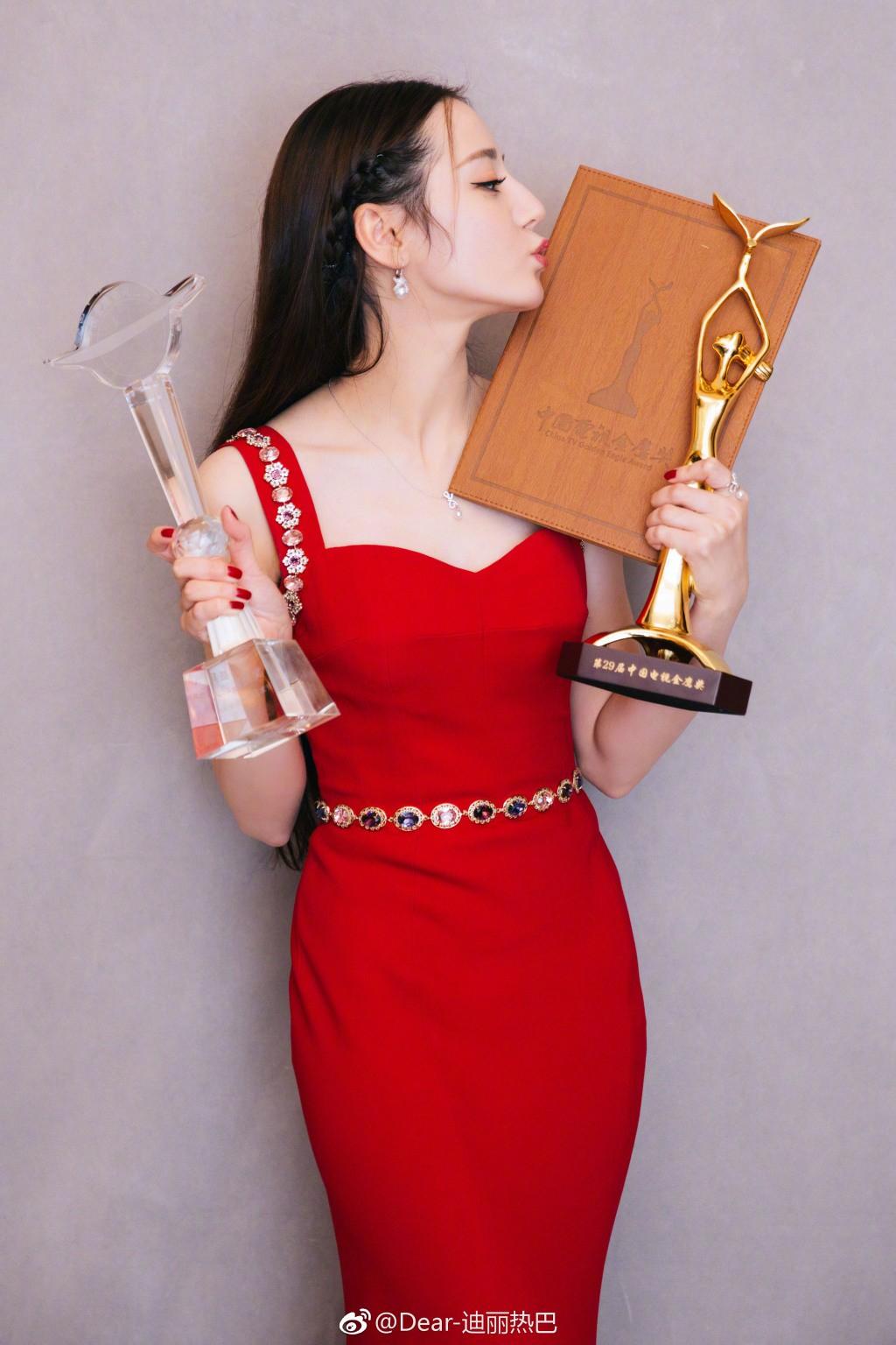 Lộ clip Địch Lệ Nhiệt Ba khóc lóc, suy sụp vì không chịu được đả kích khi thắng giải Thị Hậu Kim Ưng? - Ảnh 2.