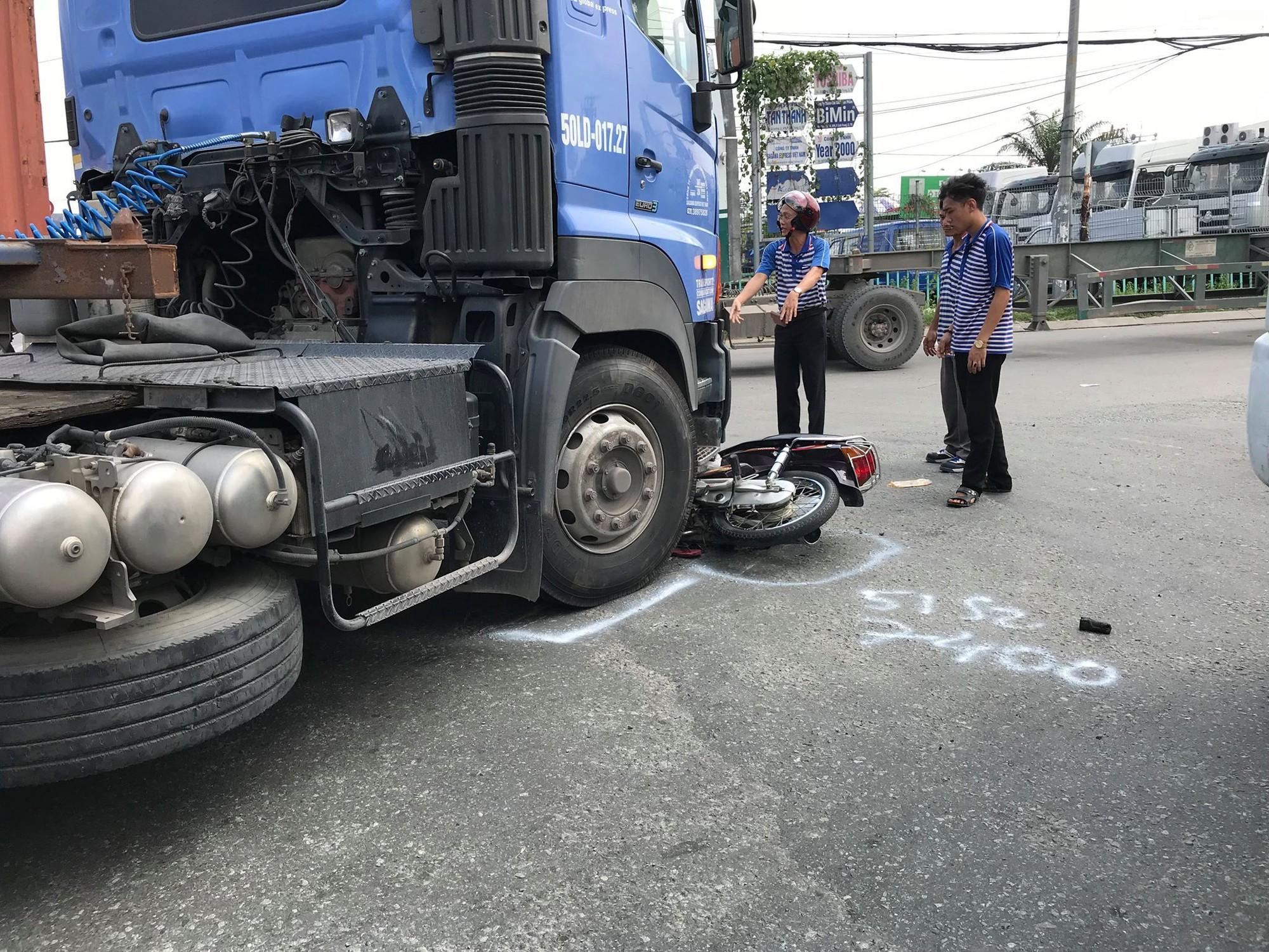 Nữ sinh viên năm nhất ở Sài Gòn bị xe container cuốn vào gầm trọng thương - Ảnh 1.