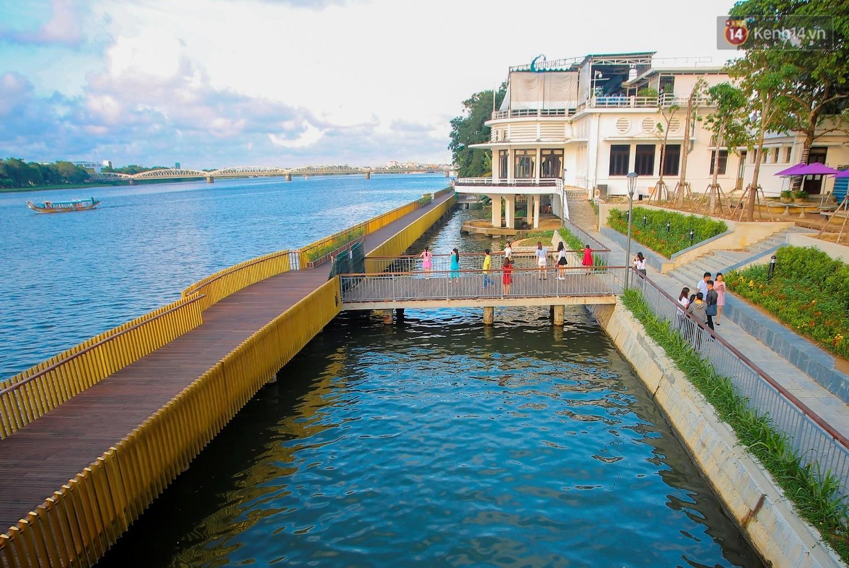 Cầu đi bộ lát gỗ lim 64 tỷ trên sông Hương trở thành địa điểm hot
