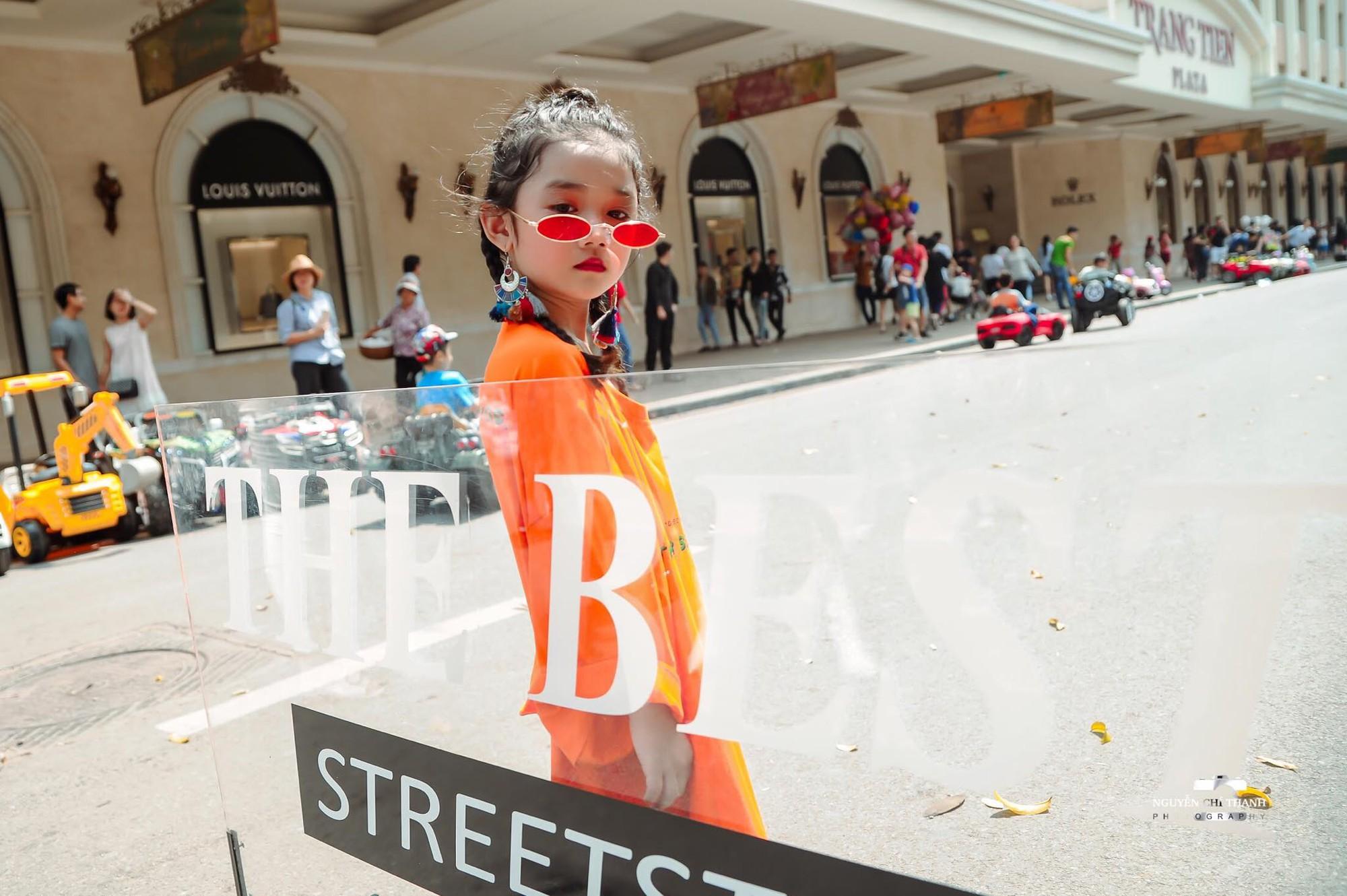 2 mẫu nhí nổi bật với street style ấn tượng ở VIFW: 5,6 tuổi đã sở hữu thần thái không phải dạng vừa - Ảnh 2.