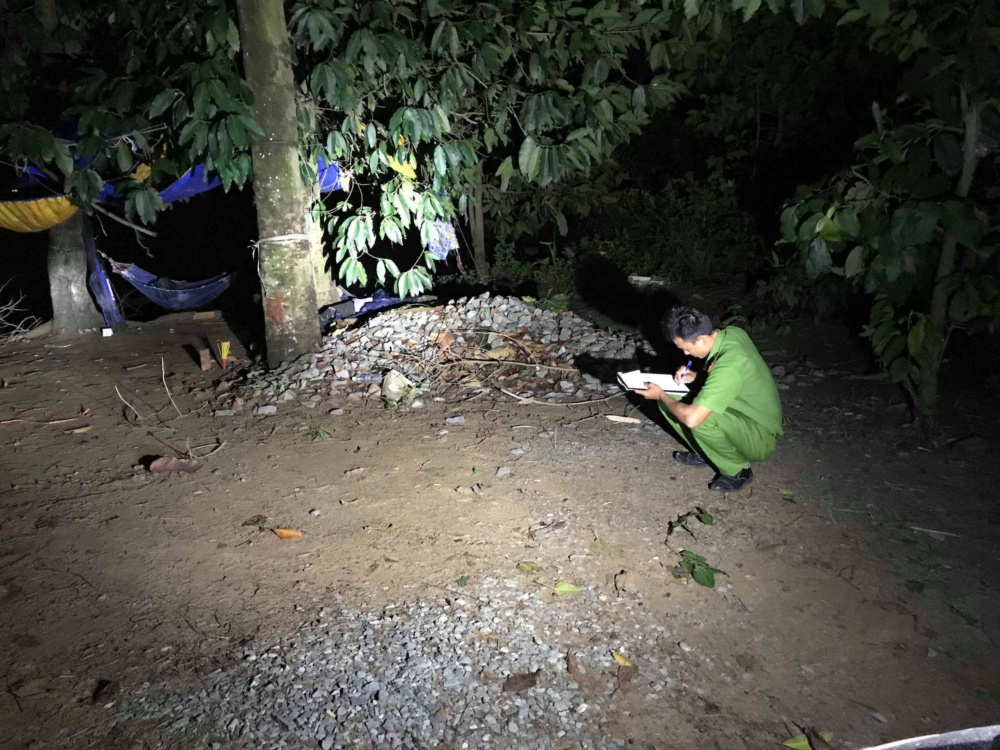 Nam thanh niên chết bí ẩn gần một ngôi miếu bên sông ở Sài Gòn - Ảnh 2.