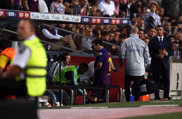 Messi đi dạo phố cùng vợ đẹp với cánh tay phải bó bột - Ảnh 2.