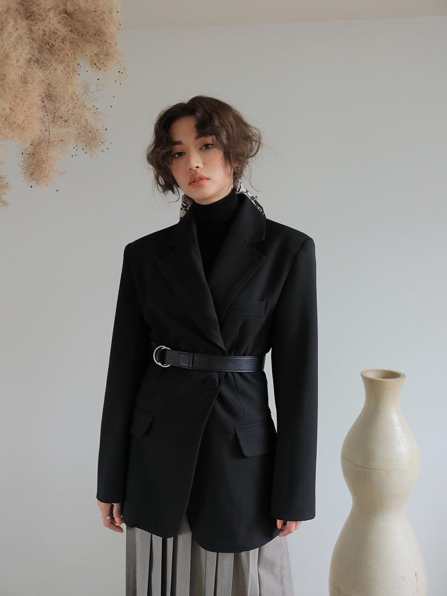Áo blazer thắt eo giúp nàng thon gọn và ra dáng quý cô thanh lịch