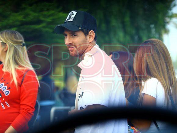 Messi đi dạo phố cùng vợ đẹp với cánh tay phải bó bột - Ảnh 5.