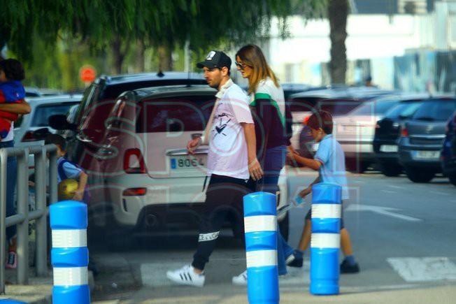 Messi đi dạo phố cùng vợ đẹp với cánh tay phải bó bột - Ảnh 6.