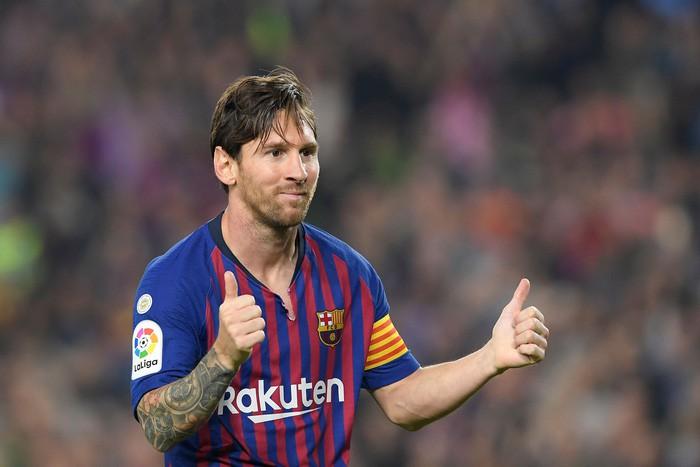 Messi đi dạo phố cùng vợ đẹp với cánh tay phải bó bột - Ảnh 7.