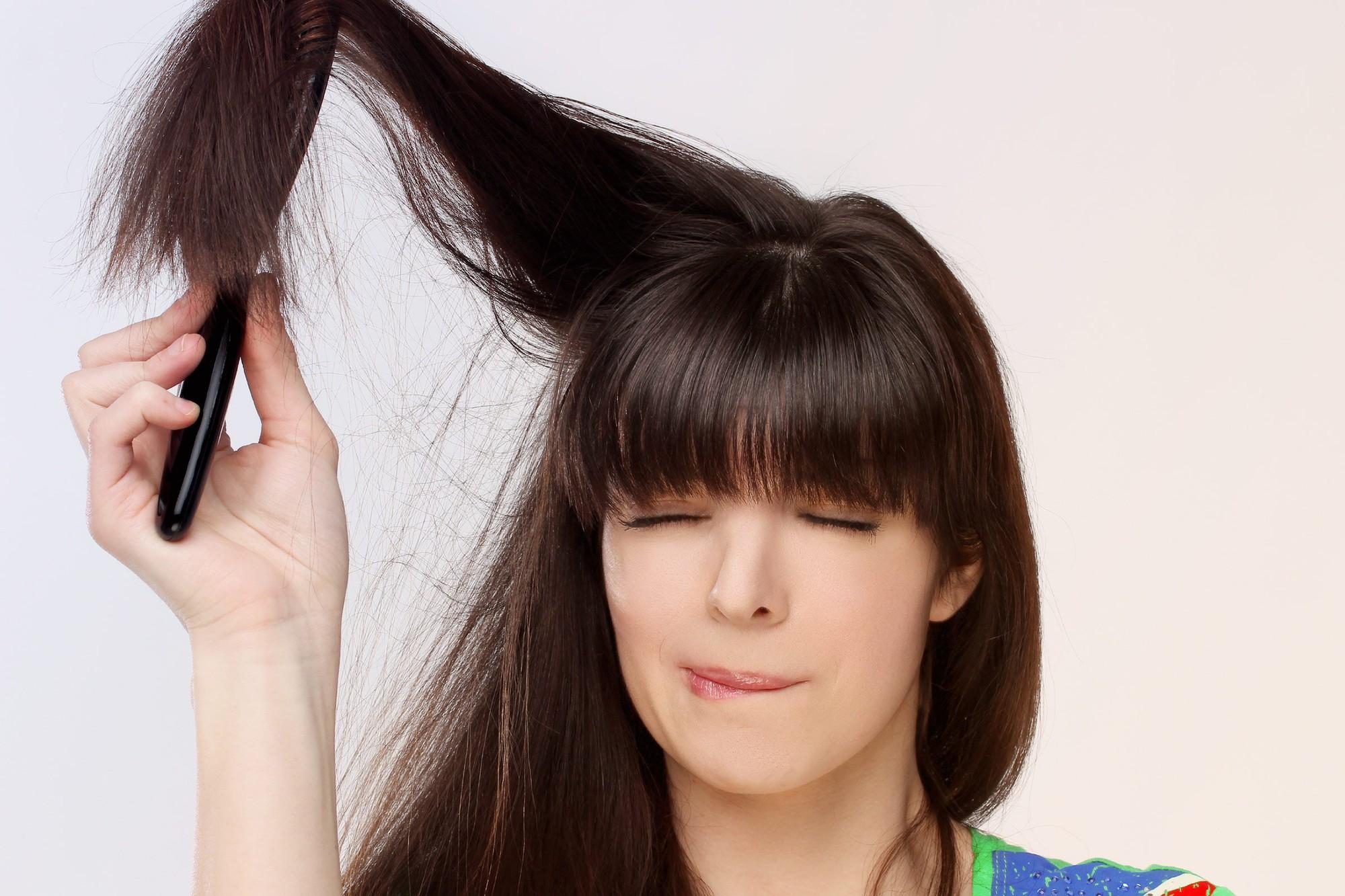 5 thói quen xấu khiến mái tóc nhanh gãy rụng mà con gái chẳng hề hay biết - Ảnh 2.