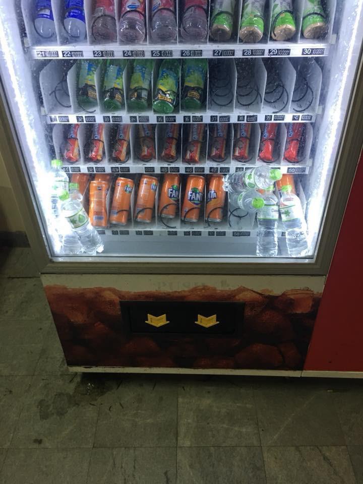 Dân mạng trình bày: Đến việc mua chai nước cũng bị cây bán hàng tự động bắt nạt thế này đây - Ảnh 5.