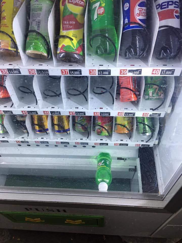 Dân mạng trình bày: Đến việc mua chai nước cũng bị cây bán hàng tự động bắt nạt thế này đây - Ảnh 2.