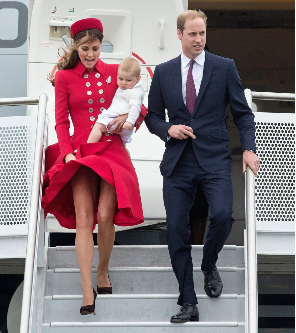 Tinh tế là thế nhưng Công nương Kate cũng không ít lần muối mặt vì gió lớn, suýt gây ra scandal lộ hàng - Ảnh 4.
