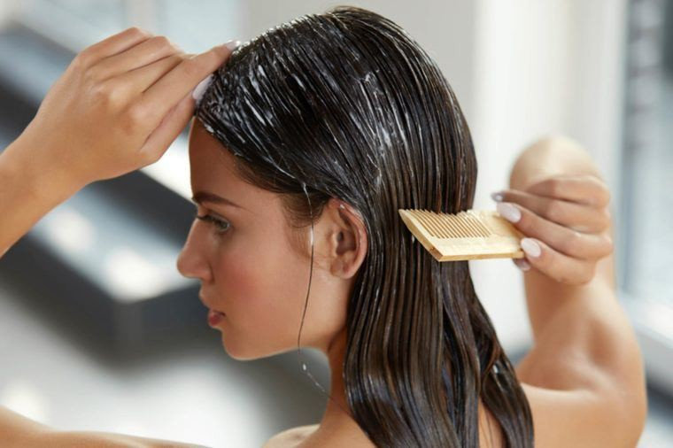 Những sai lầm khi chăm sóc tóc khiến mái tóc ngày càng xơ xác, thiếu sức sống - Ảnh 2.
