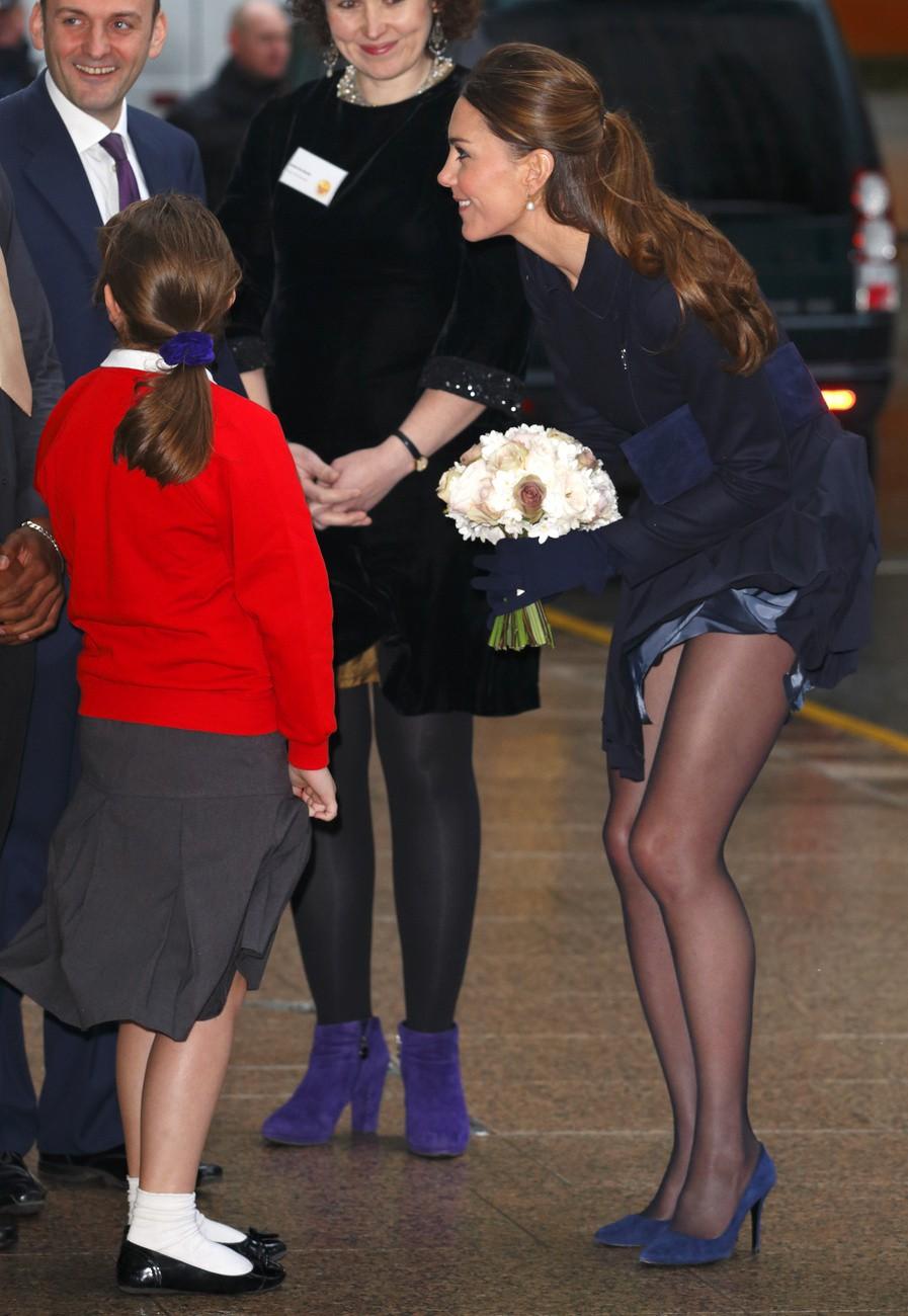 Tinh tế là thế nhưng Công nương Kate cũng không ít lần muối mặt vì gió lớn, suýt gây ra scandal lộ hàng - Ảnh 8.