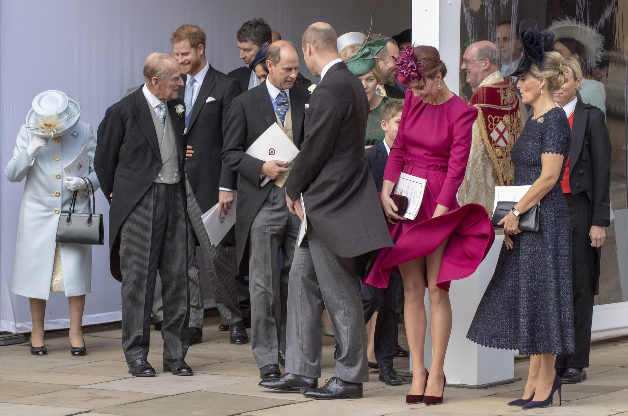 Tinh tế là thế nhưng Công nương Kate cũng không ít lần muối mặt vì gió lớn, suýt gây ra scandal lộ hàng - Ảnh 9.
