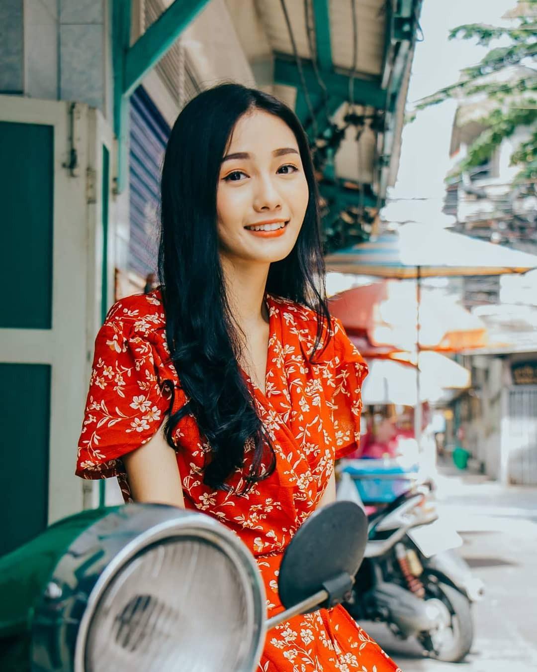 Nữ y tá xinh đẹp nhất Thái Lan bị bệnh viện sa thải vì lý do không ngờ