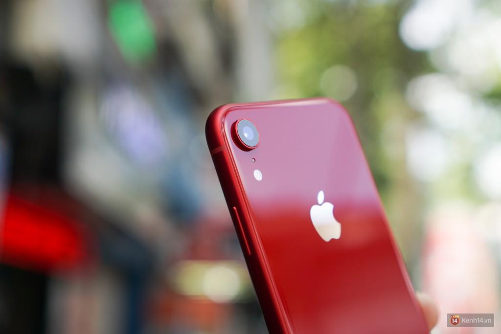 May mà iPhone XR chạy iOS và mang logo Táo, chứ chạy Android thì 24 triệu ai mua hả giời?