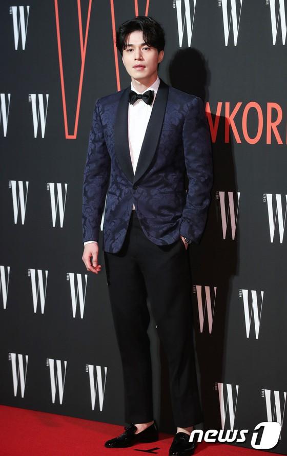 Siêu sự kiện hội tụ 40 sao hạng A: Lee Dong Wook quá xuất sắc, Kim Hee Sun, SNSD dẫn đầu đoàn mỹ nhân mặc thảm họa - Ảnh 1.