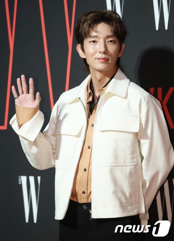 Siêu sự kiện hội tụ 40 sao hạng A: Lee Dong Wook quá xuất sắc, Kim Hee Sun, SNSD dẫn đầu đoàn mỹ nhân mặc thảm họa - Ảnh 6.