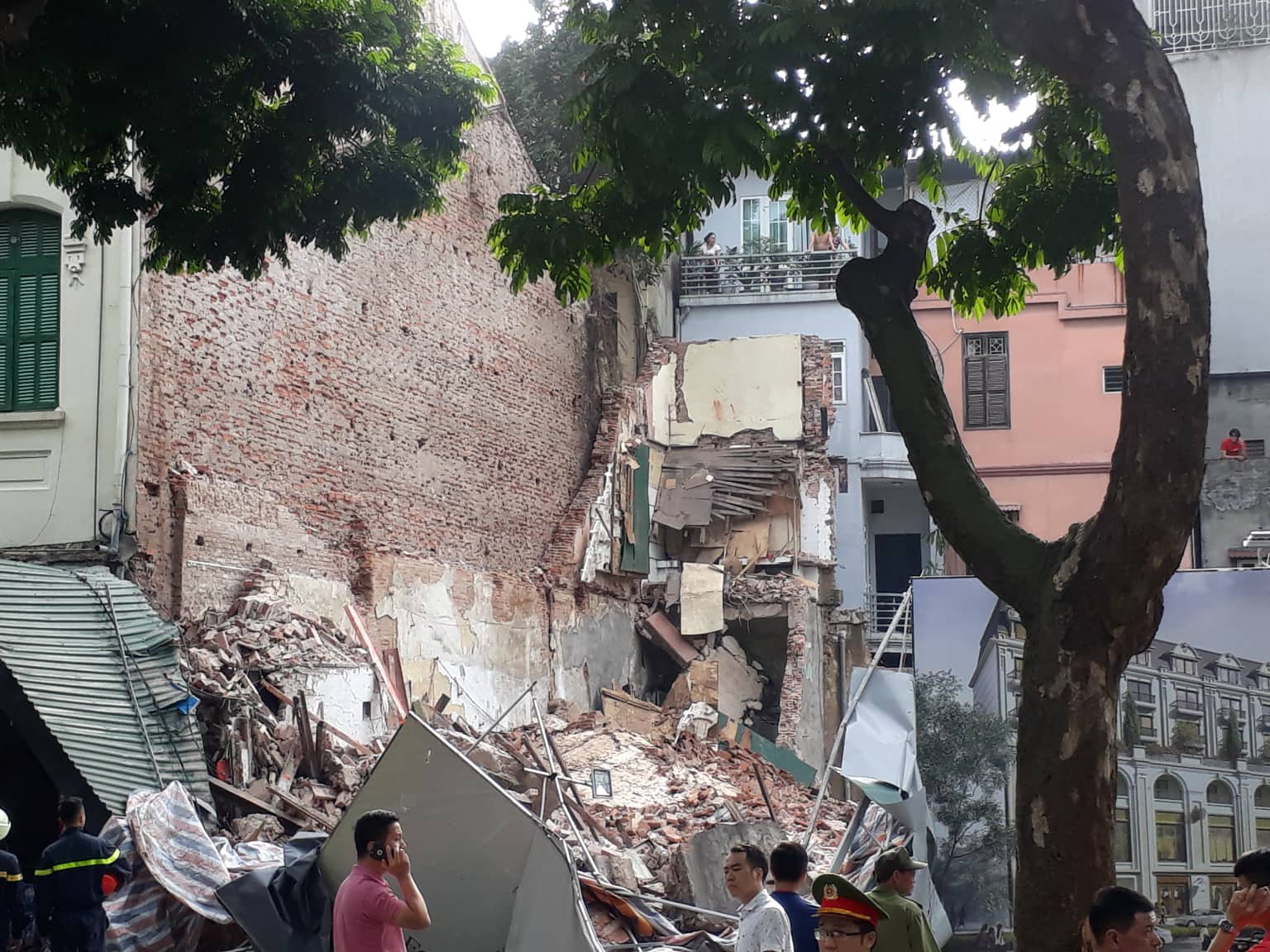 Một tường nhà gần Hồ Gươm bất ngờ đổ sập, người phụ nữ bán trà