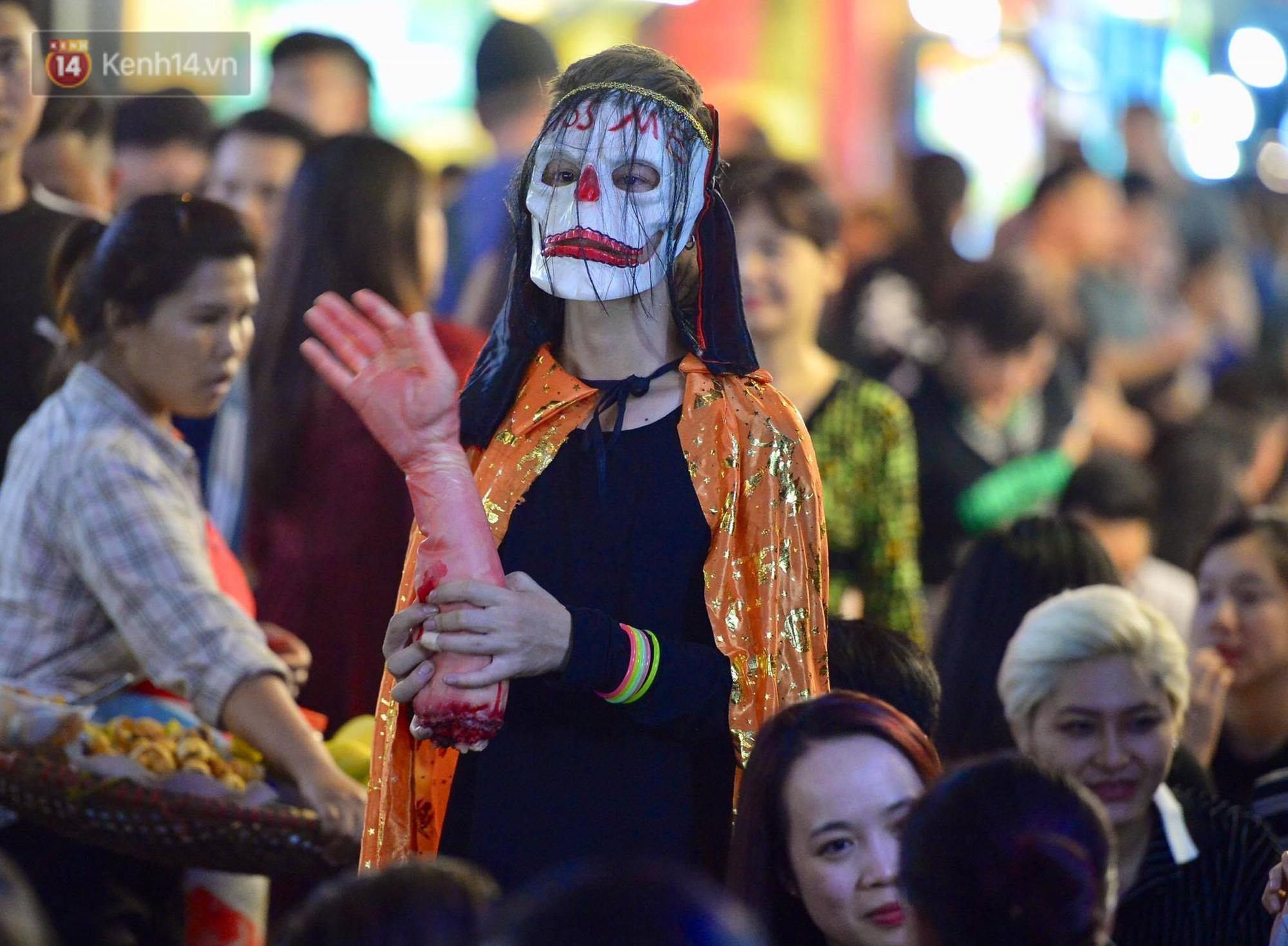 Chùm ảnh: Chị Valak cùng các thây ma đã dạo chơi phố Tây Hà Nội dù 3 ngày nữa mới tới Halloween - Ảnh 12.