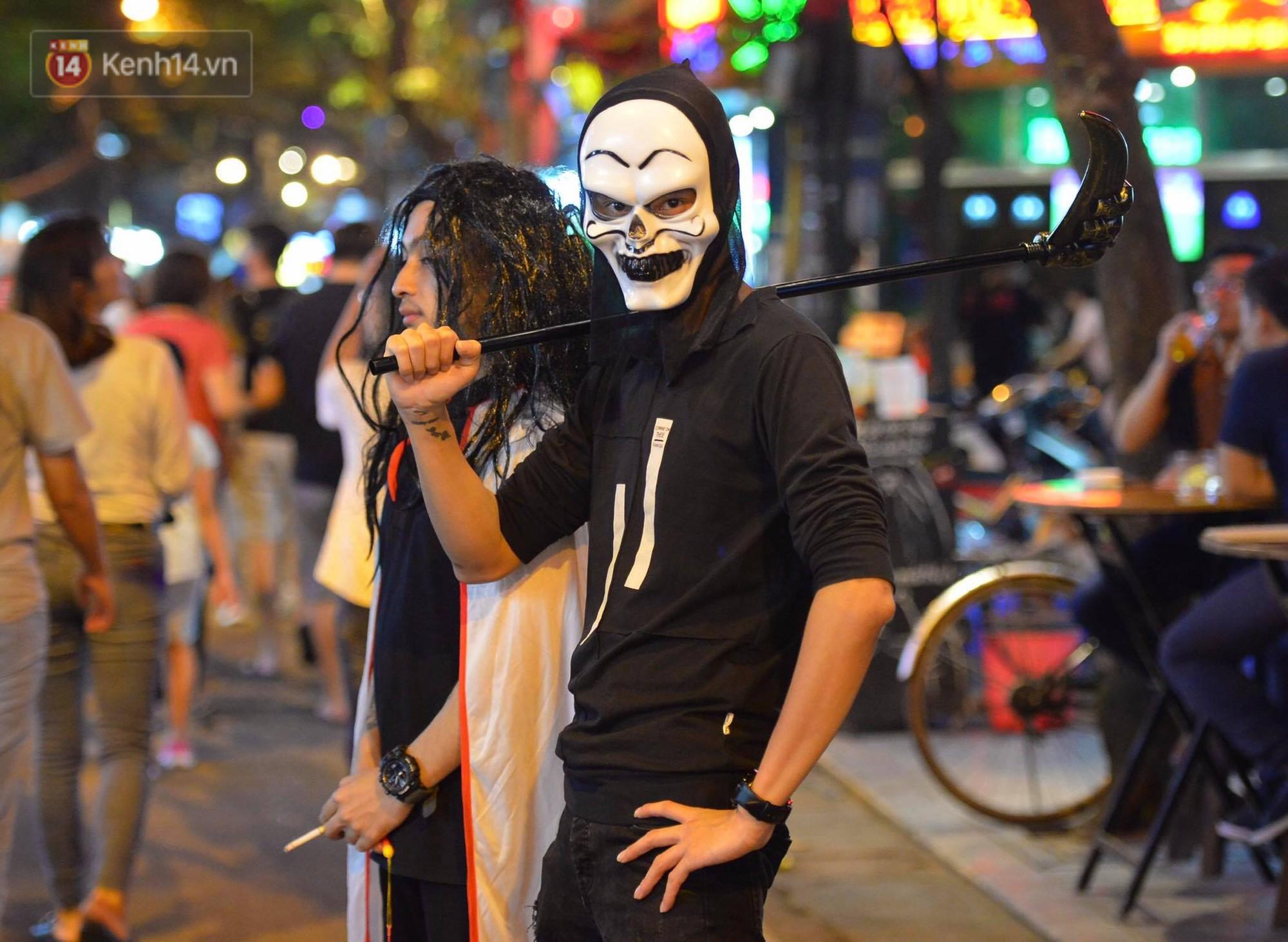 Chùm ảnh: Chị Valak cùng các thây ma đã dạo chơi phố Tây Hà Nội dù 3 ngày nữa mới tới Halloween - Ảnh 8.
