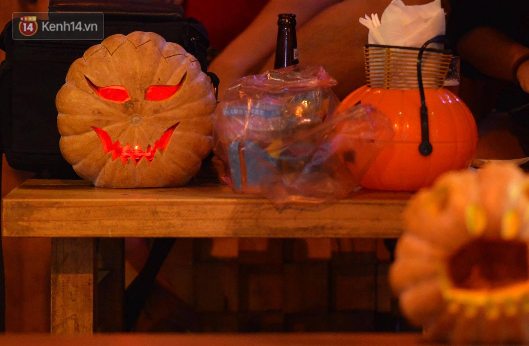 Chùm ảnh: Chị Valak cùng các thây ma đã dạo chơi phố Tây Hà Nội dù 3 ngày nữa mới tới Halloween - Ảnh 5.