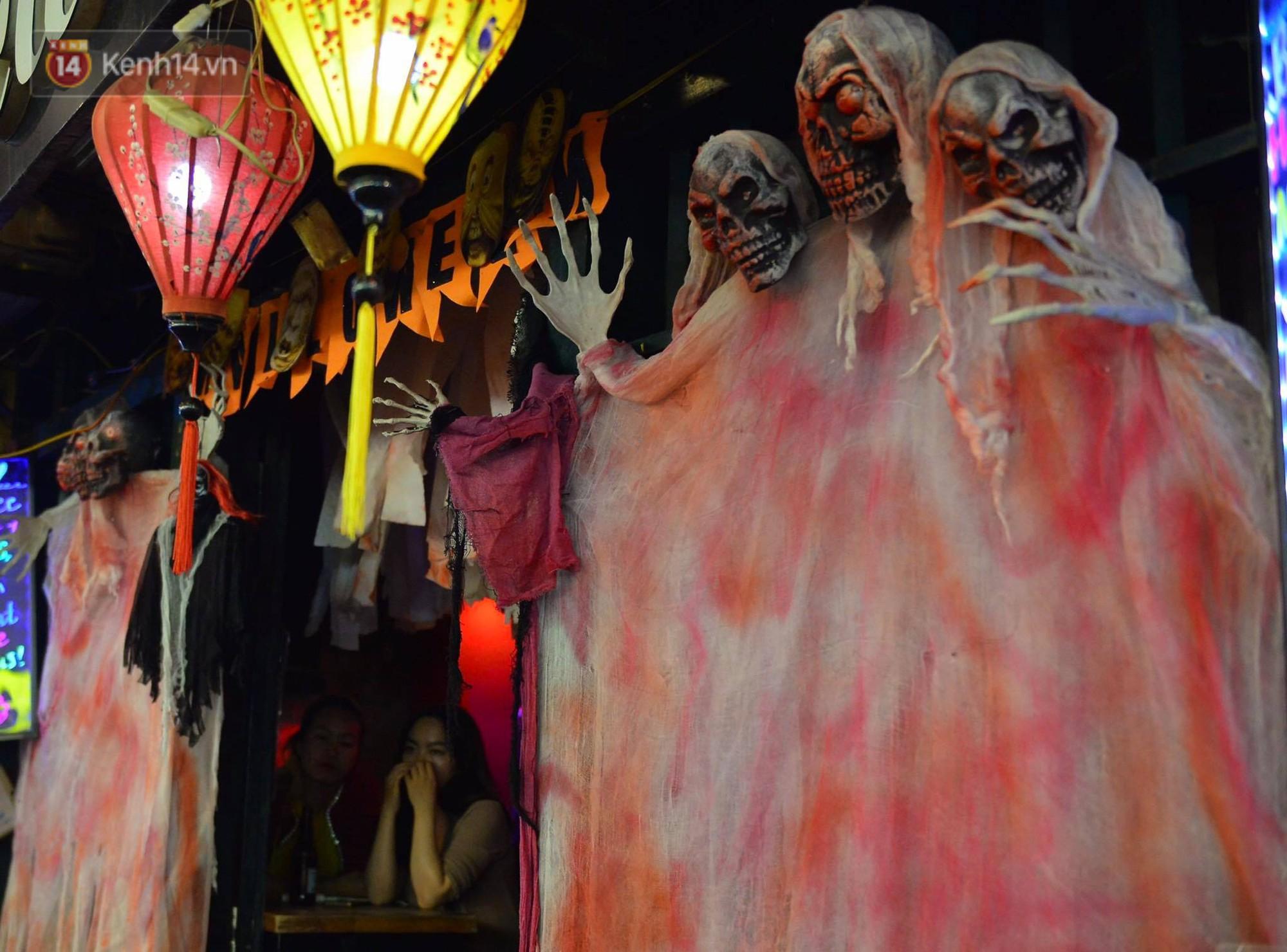 Chùm ảnh: Chị Valak cùng các thây ma đã dạo chơi phố Tây Hà Nội dù 3 ngày nữa mới tới Halloween - Ảnh 6.