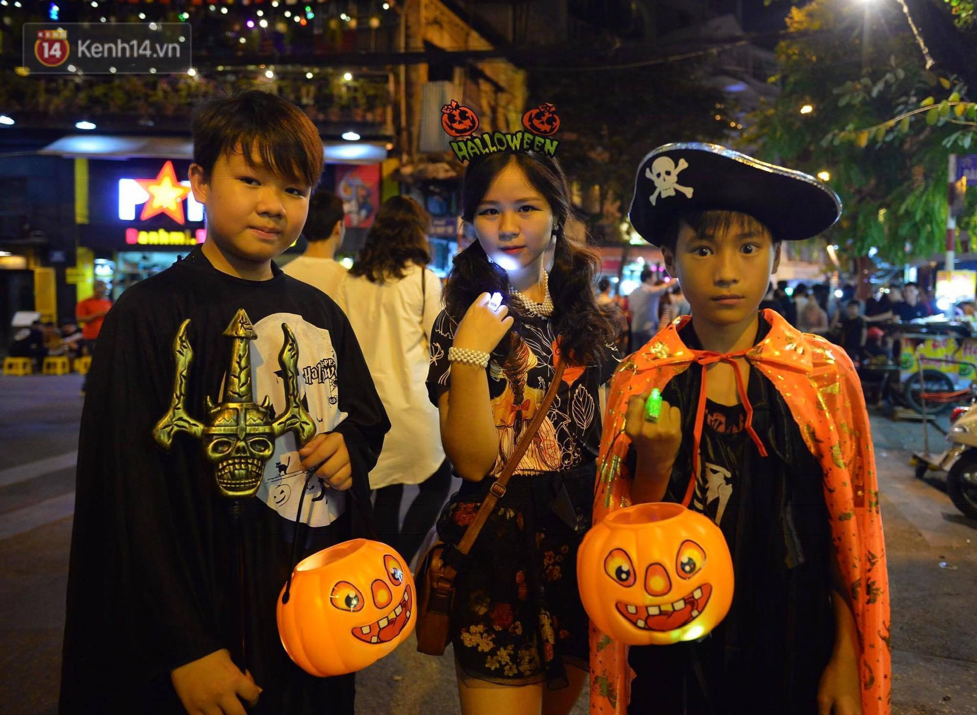 Chùm ảnh: Chị Valak cùng các thây ma đã dạo chơi phố Tây Hà Nội dù 3 ngày nữa mới tới Halloween - Ảnh 10.