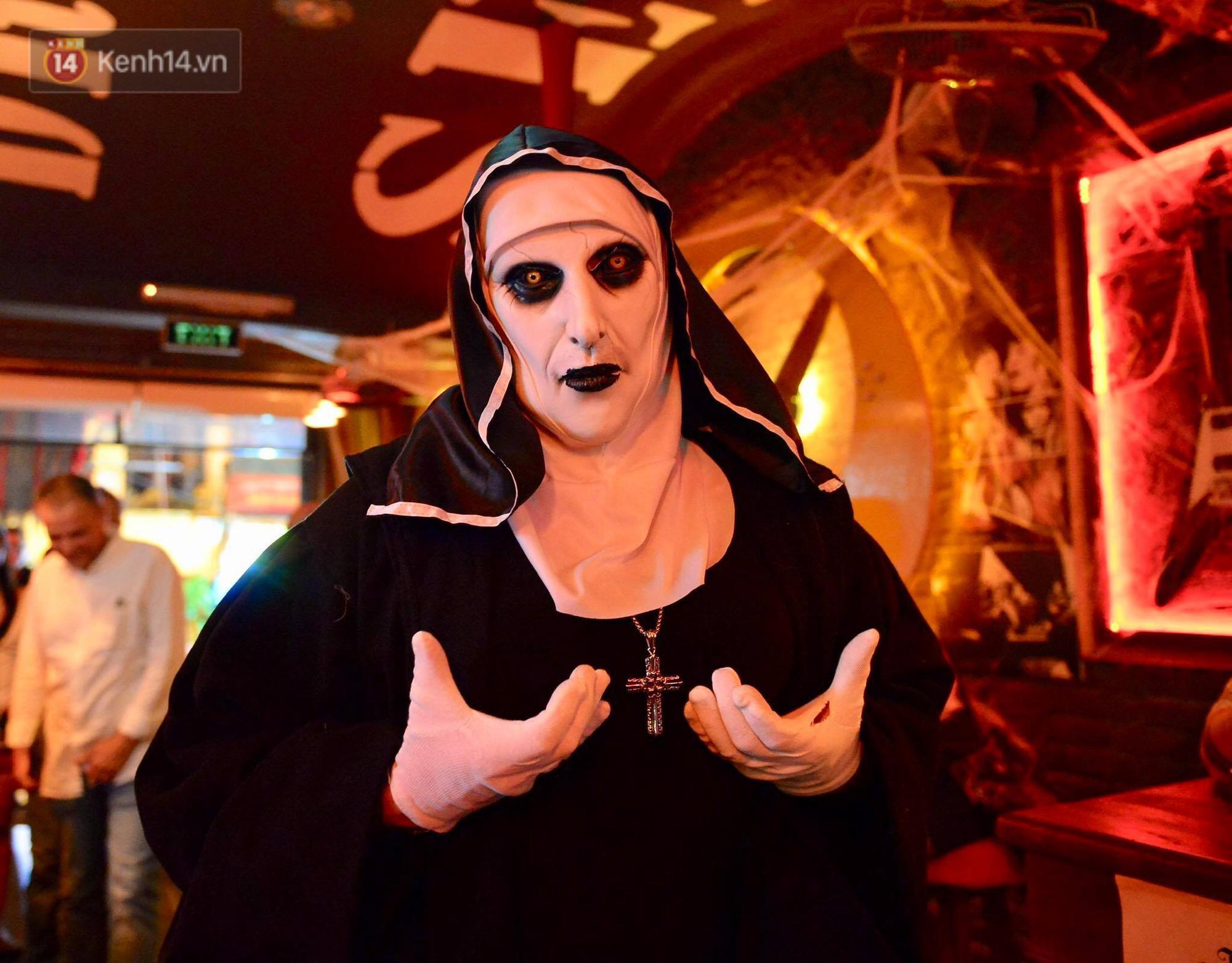 Chùm ảnh: Chị Valak cùng các thây ma đã dạo chơi phố Tây Hà Nội dù 3 ngày nữa mới tới Halloween - Ảnh 1.