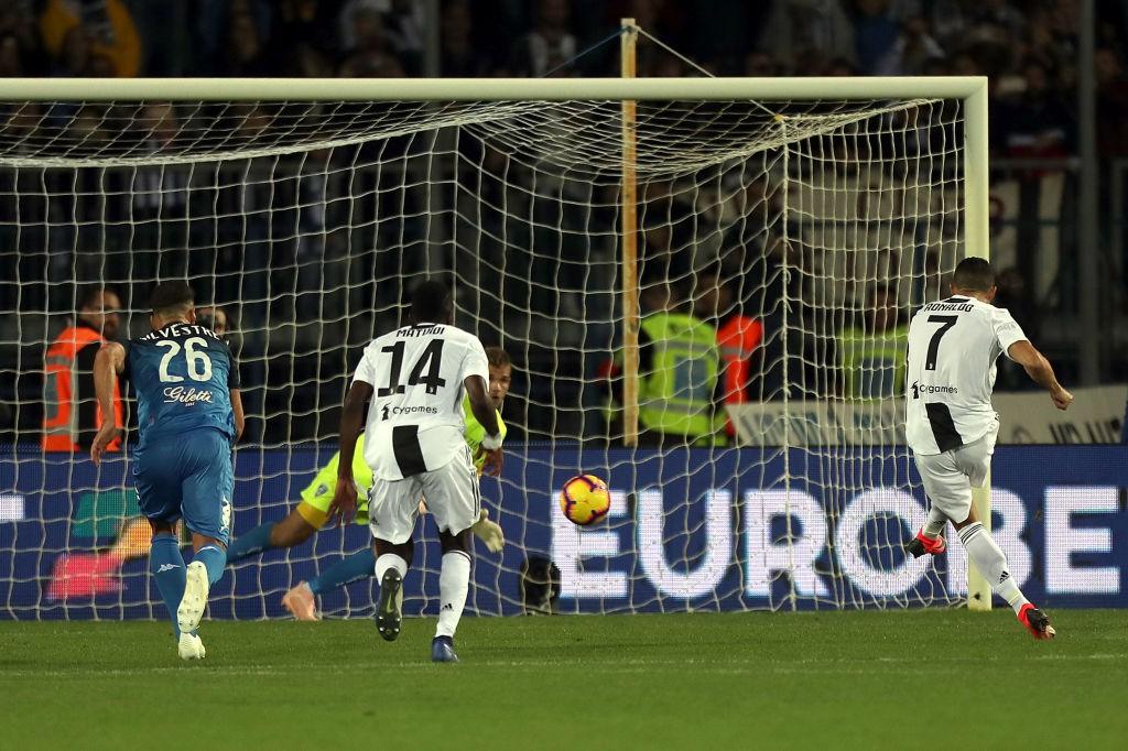 Đẳng cấp siêu sao lên tiếng: Tuyệt phẩm sút xa của Ronaldo giúp Juventus thắng ngược hú vía - Ảnh 1.