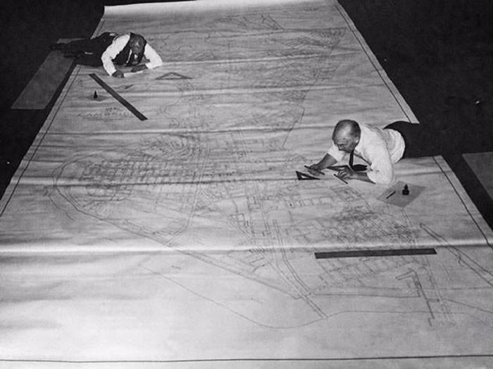Chùm ảnh thú vị thời chưa có AutoCAD: người xưa từng dành cả thanh xuân để nằm lăn ra đo đo, vẽ vẽ như thế này - Ảnh 8.