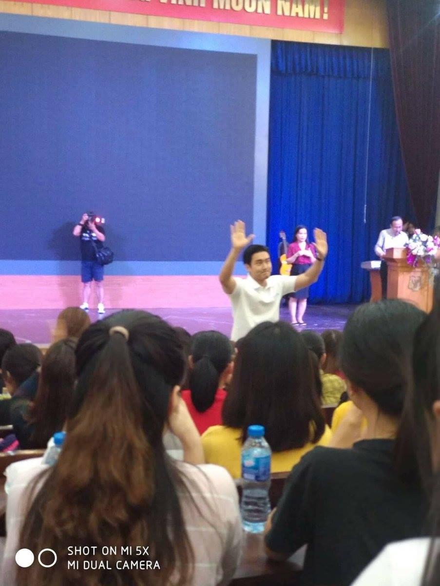 Sáng vừa thả thính sẽ đến Việt Nam, Siwon hiện đã có mặt tại trường đại học ở Hà Nội cùng thành viên NCT - Ảnh 4.