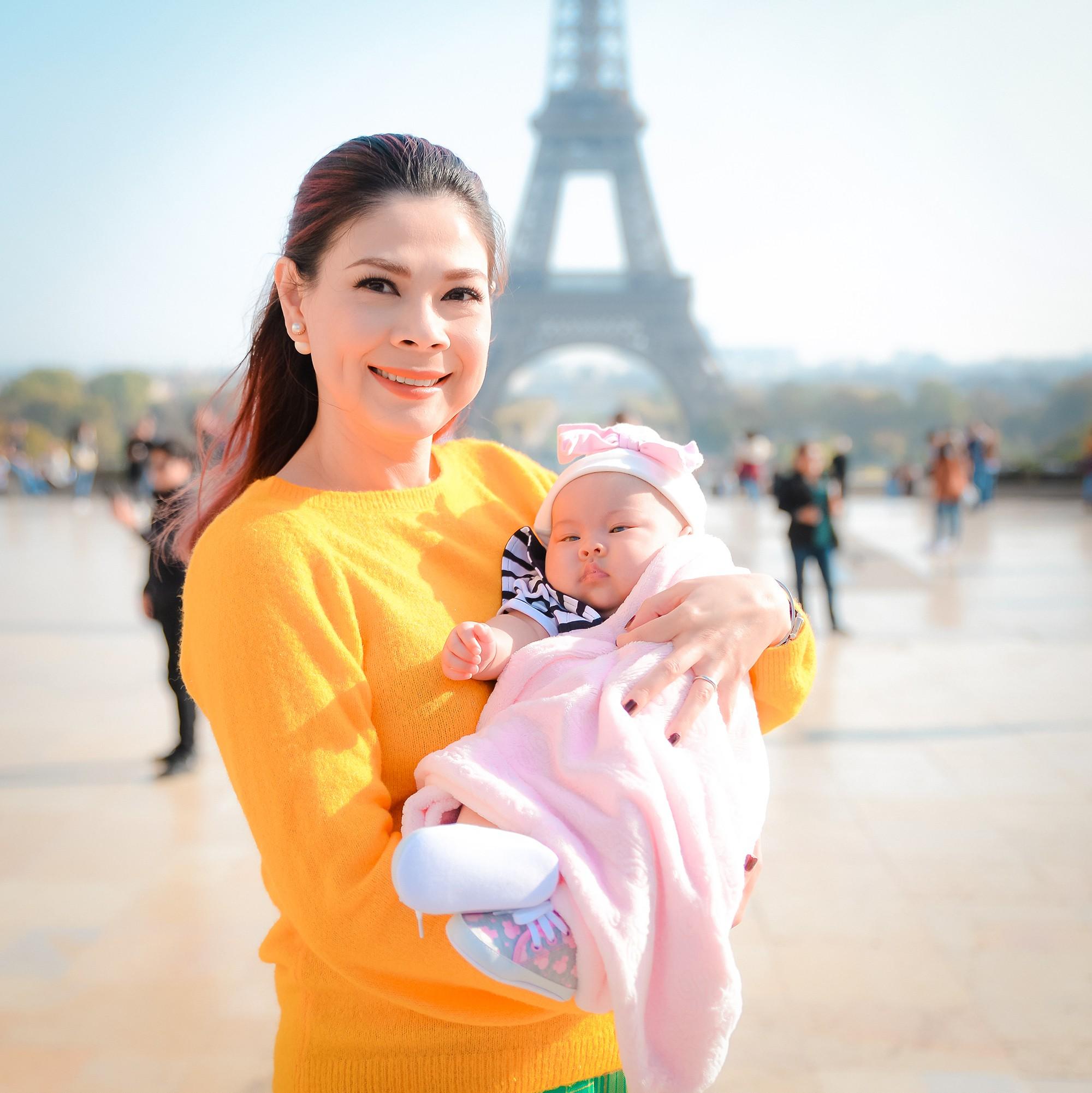 Thanh Thảo và ông xã đưa con gái chỉ mới 3 tháng tuổi đi du lịch châu Âu - Ảnh 2.