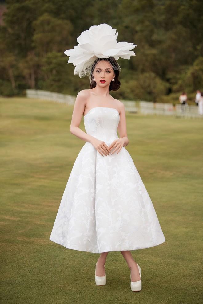 Hương Giang đội hoa như bà hoàng trên poster The Tiffanys Vietnam nhưng người ta lại thấy lỗi photoshop to đùng - Ảnh 2.