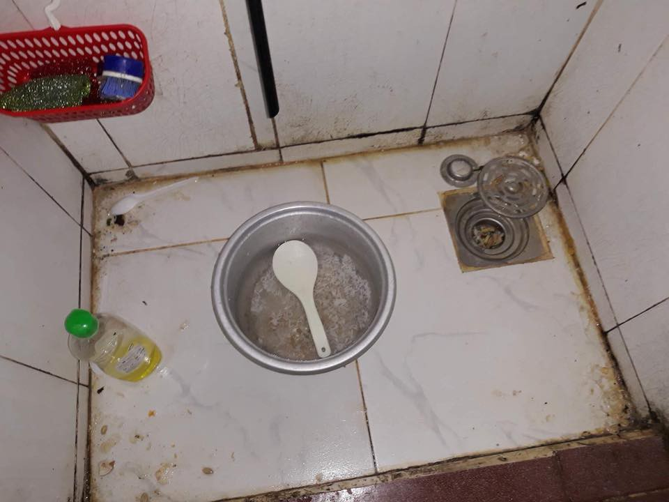 Sốc với bạn gái cùng phòng ở bẩn kinh hoàng, rác vứt bừa bãi từ phòng ở đến tận nhà vệ sinh, cô nàng đăng đàn xin cách trị - Ảnh 4.