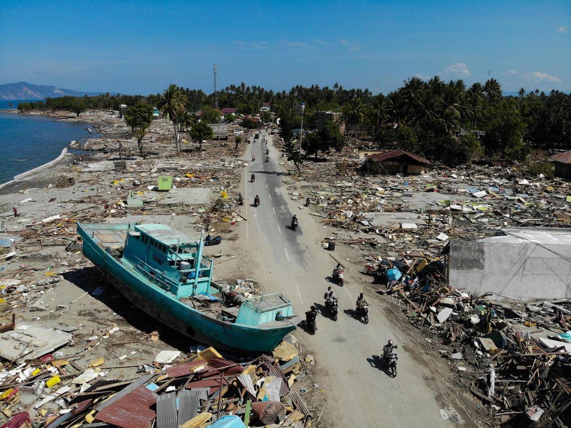 Những hình ảnh ghi lại cảnh tượng kinh hoàng do thảm hoạ kép động đất - sóng thần gây ra ở Indonesia - Ảnh 4.