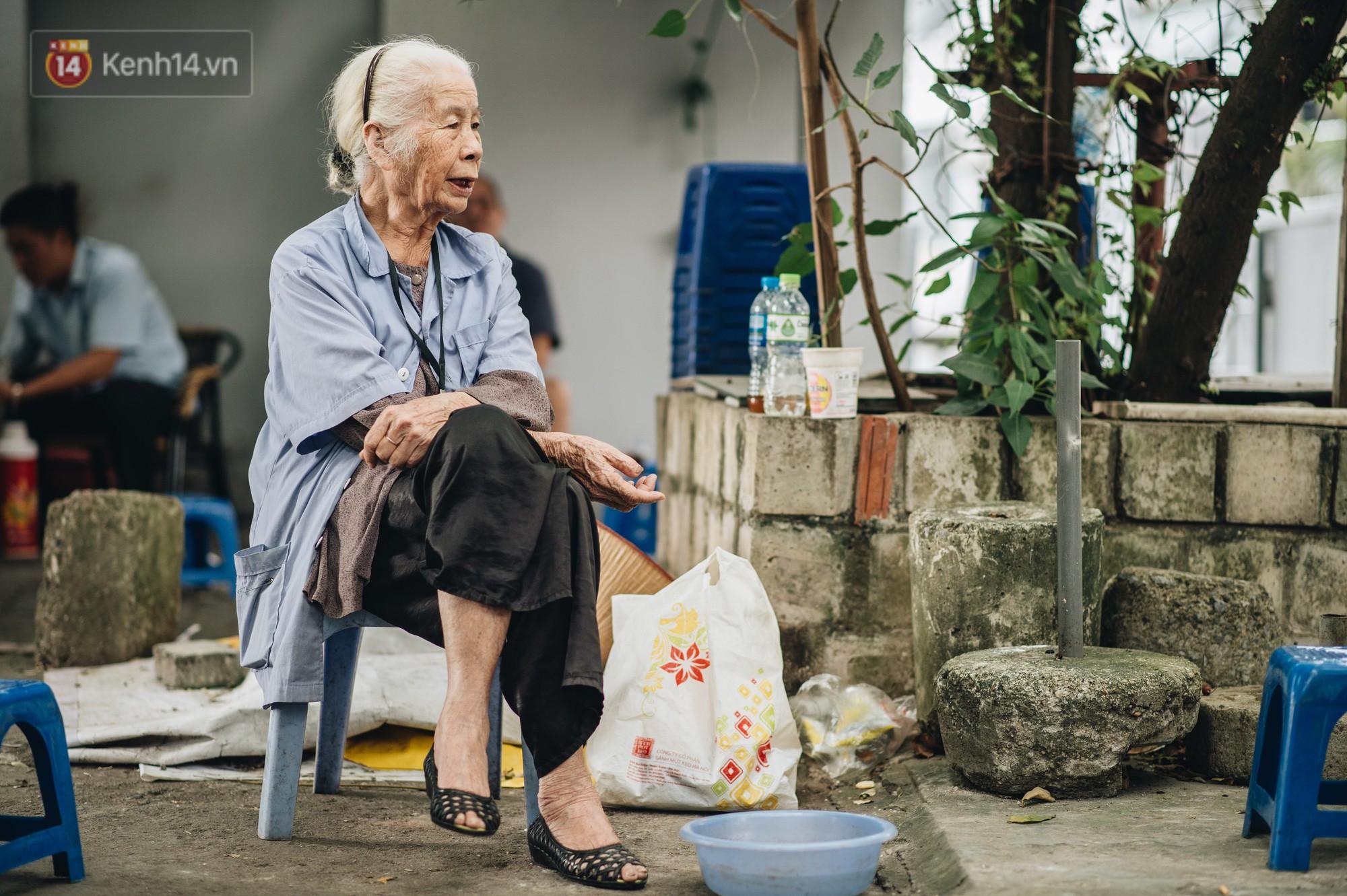 Cụ bà được mệnh danh nữ hùng vá săm vỉa hè Hà Nội: Nghỉ hưu sau 21 năm vá xe, bỏ rượu bia để sống khoẻ mạnh - Ảnh 5.