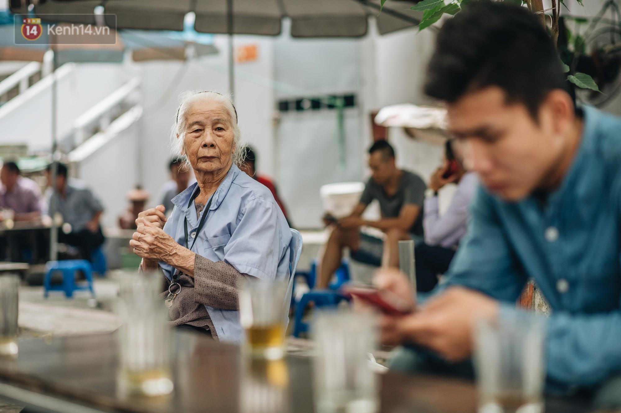 Cụ bà được mệnh danh nữ hùng vá săm vỉa hè Hà Nội: Nghỉ hưu sau 21 năm vá xe, bỏ rượu bia để sống khoẻ mạnh - Ảnh 4.