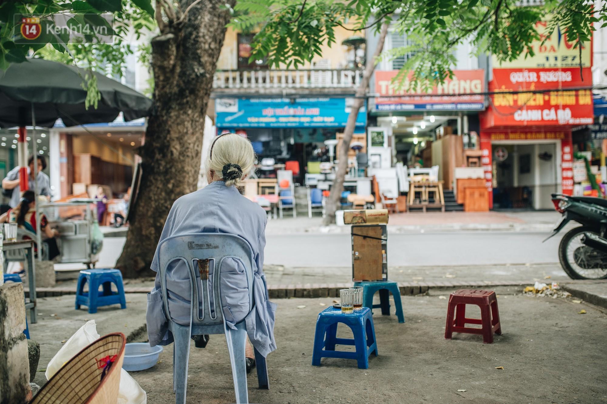 Cụ bà được mệnh danh nữ hùng vá săm vỉa hè Hà Nội: Nghỉ hưu sau 21 năm vá xe, bỏ rượu bia để sống khoẻ mạnh - Ảnh 8.