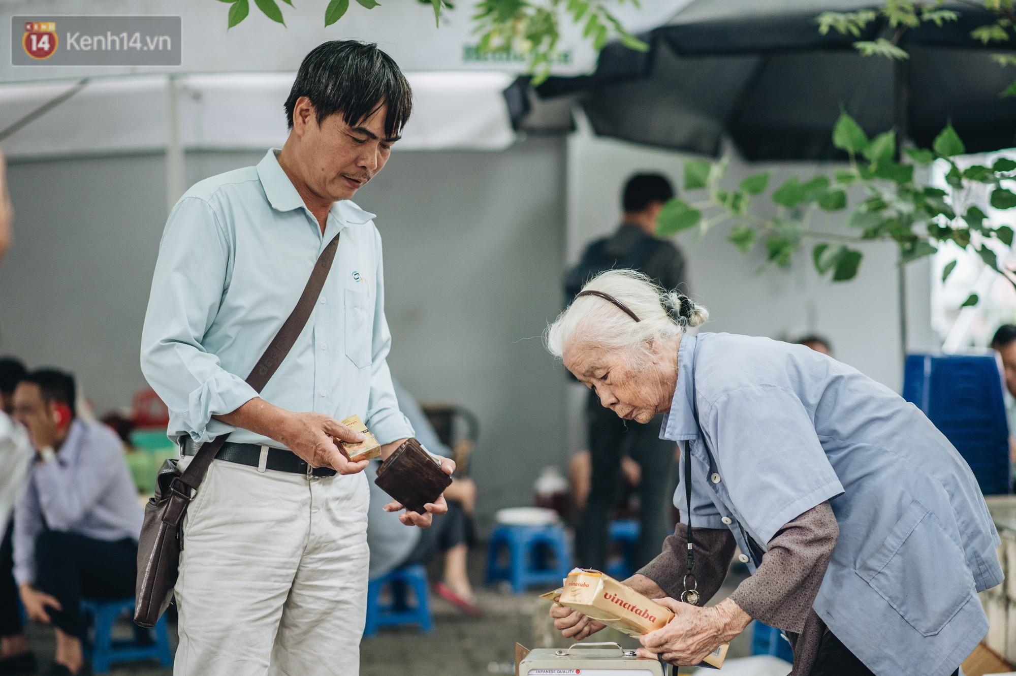 Cụ bà được mệnh danh nữ hùng vá săm vỉa hè Hà Nội: Nghỉ hưu sau 21 năm vá xe, bỏ rượu bia để sống khoẻ mạnh - Ảnh 10.