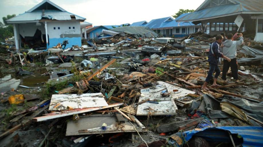 Những hình ảnh ghi lại cảnh tượng kinh hoàng do thảm hoạ kép động đất - sóng thần gây ra ở Indonesia - Ảnh 1.