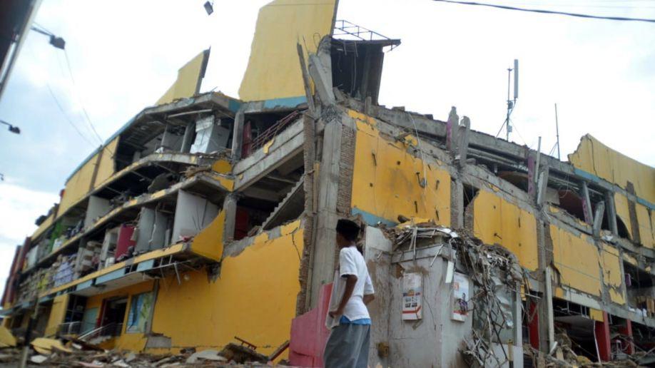 Những hình ảnh ghi lại cảnh tượng kinh hoàng do thảm hoạ kép động đất - sóng thần gây ra ở Indonesia - Ảnh 2.