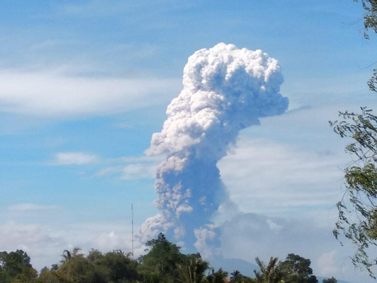 Chỉ vài ngày sau động đất và sóng thần, núi lửa tại Indonesia cũng bùng nổ - Ảnh 1.