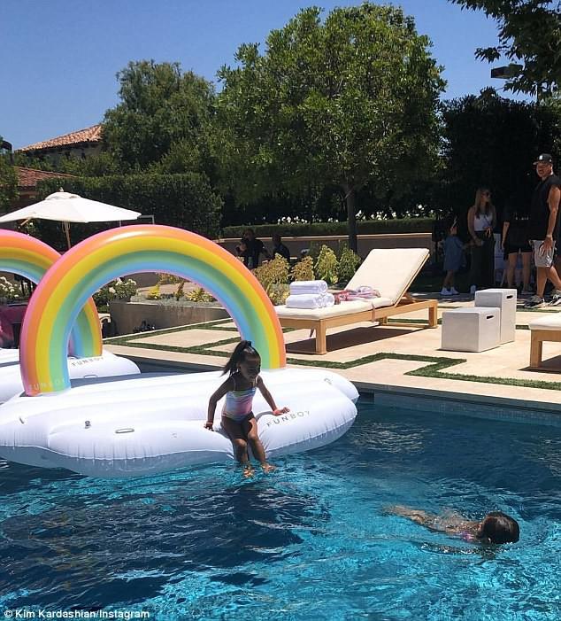 Dân tình trầm trồ vì tiệc sinh nhật 5 tuổi hoành tráng chuẩn rich kid của con gái Kim Kardashian - Ảnh 8.
