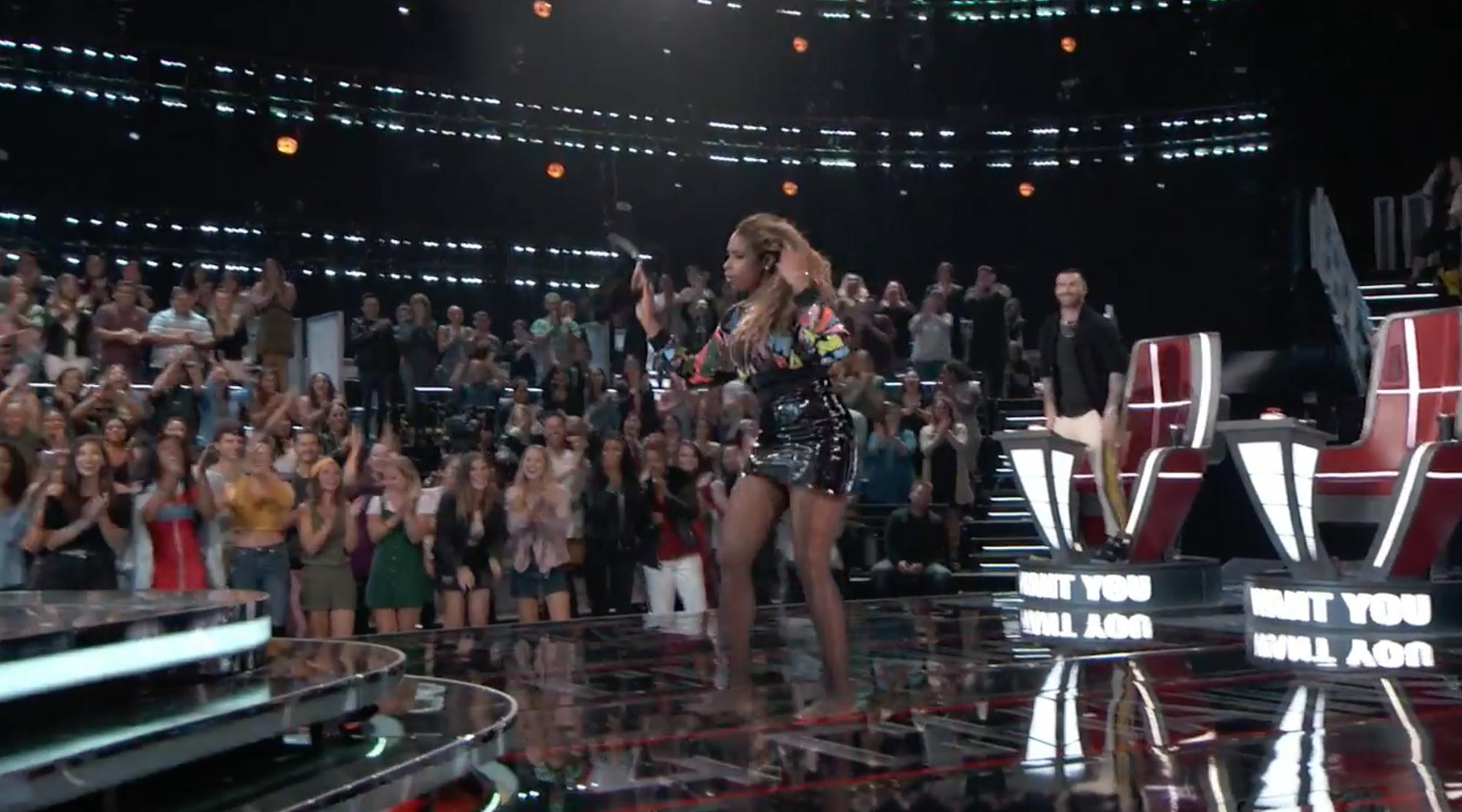 The Voice US: Huấn luyện viên thi nhau quăng giày, áo, ly nước lên sân khấu vì thí sinh quá xuất sắc! - Ảnh 4.
