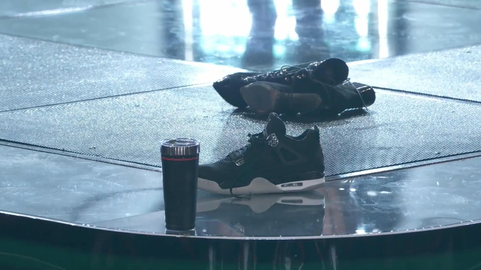 The Voice US: Huấn luyện viên thi nhau quăng giày, áo, ly nước lên sân khấu vì thí sinh quá xuất sắc! - Ảnh 8.