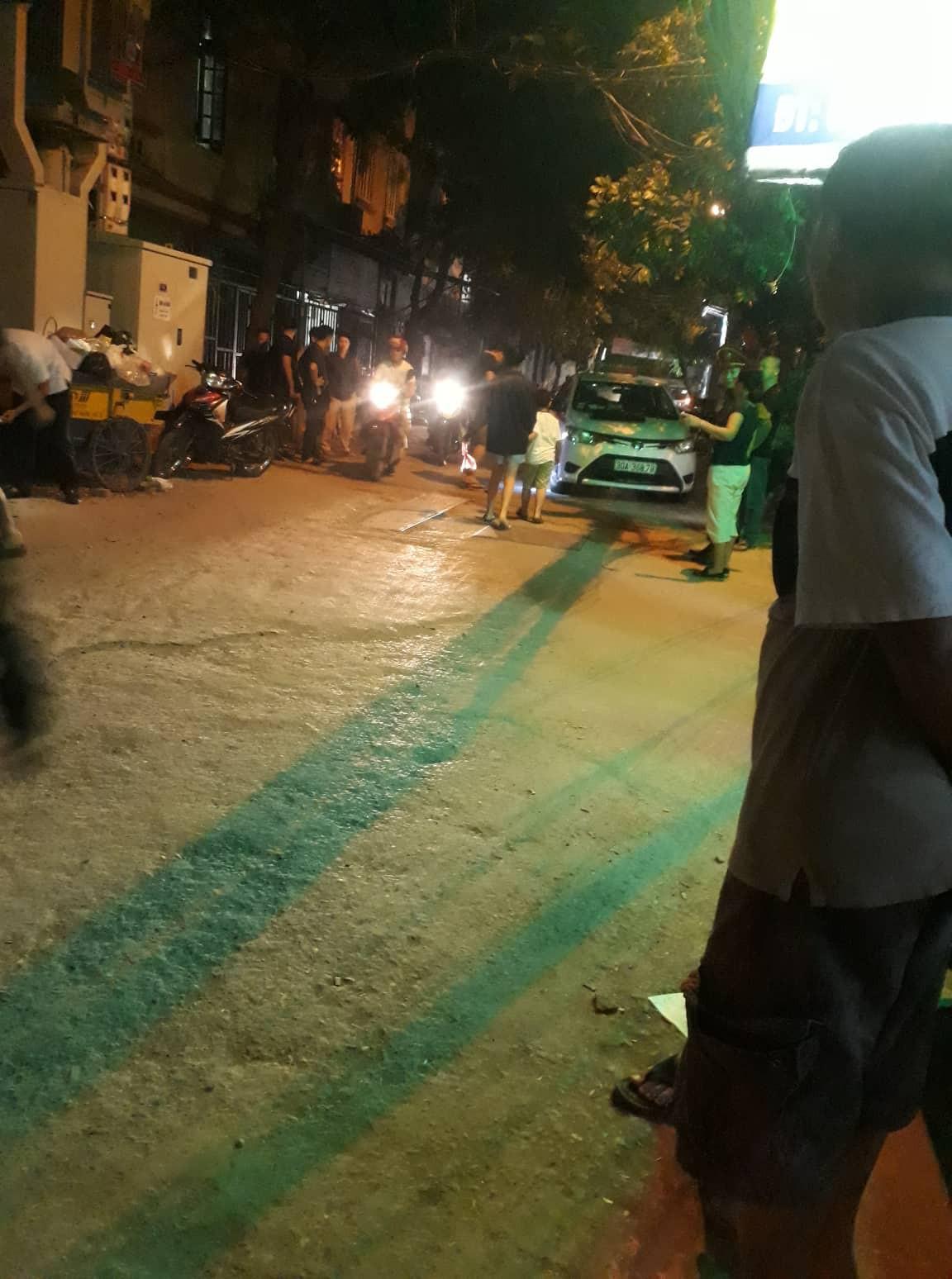 Hà Nội: Người đàn ông lái xe Mazda nghi nổ súng, chèn ô tô qua người tài xế taxi giữa phố rồi bỏ trốn - Ảnh 1.