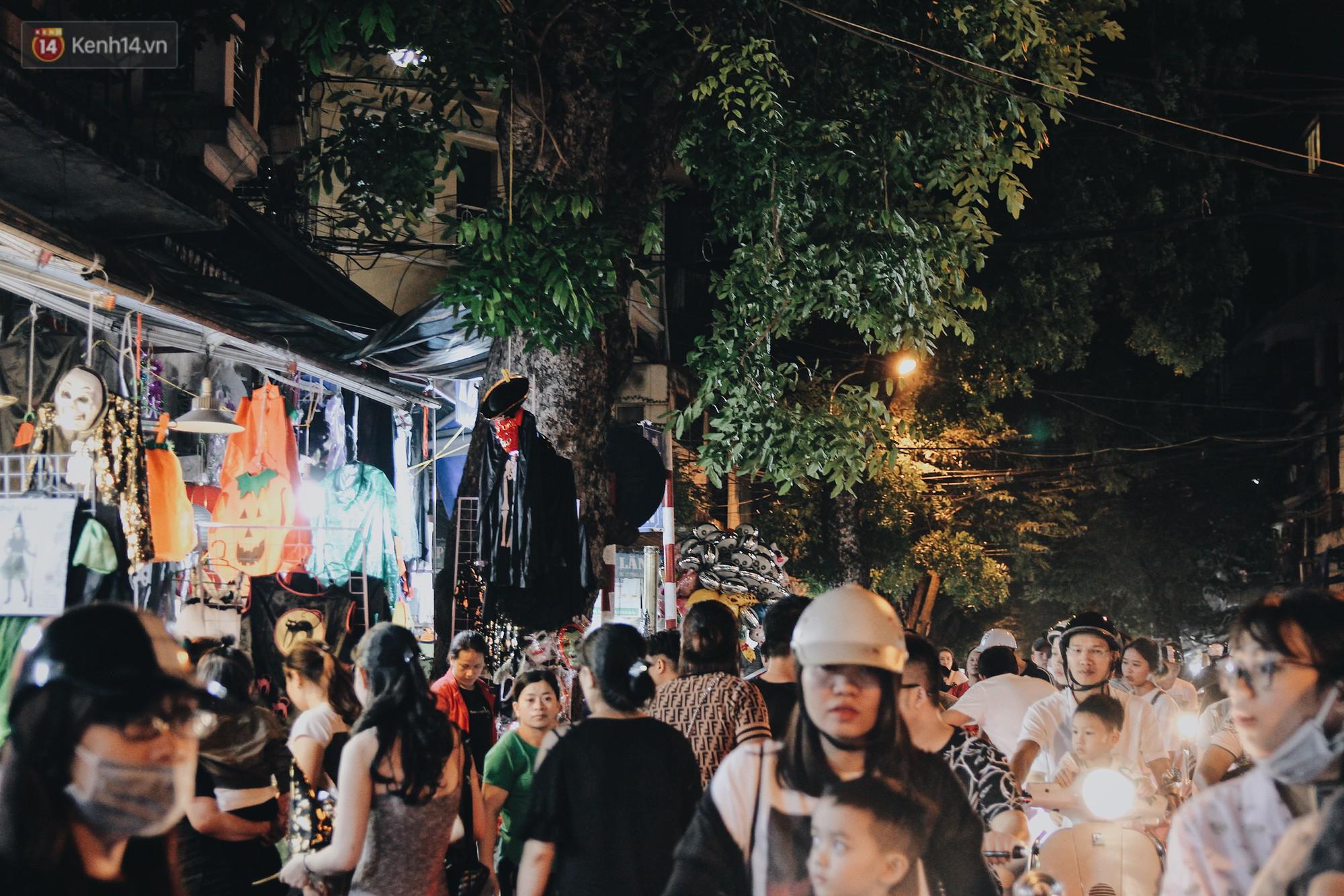Hình ảnh Halloween tại phố Hàng Mã Hà Nội - Ảnh 4.